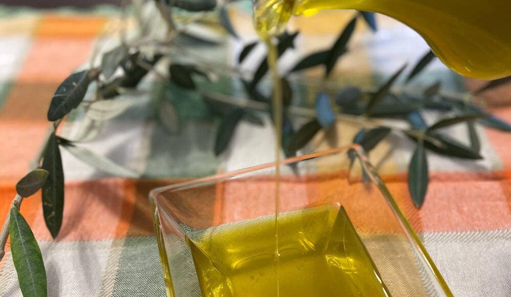 Le raccogliamo con amore per ottenerne il condimento più sano e naturale, il nostro olio extravergine di oliva artigianale
